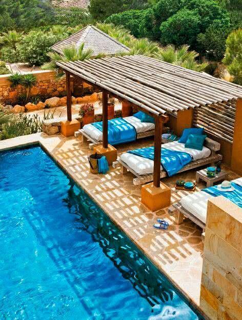 Coloque espreguiçadeiras perto da piscina com pergolado de eucalipto