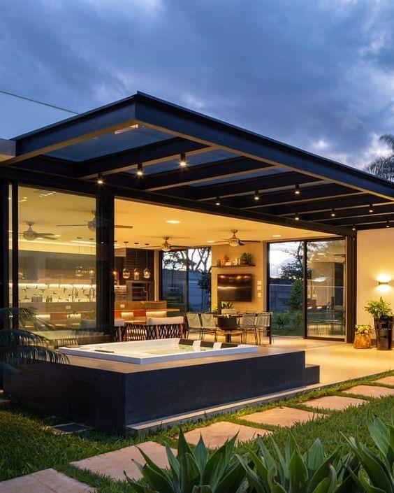 Casa moderna com pergolados de ferro