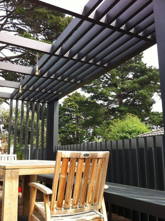 Jardim moderno com estrutura de ferro