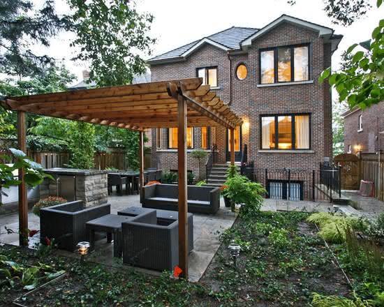Casa do campo com pergolado pequeno e confortável