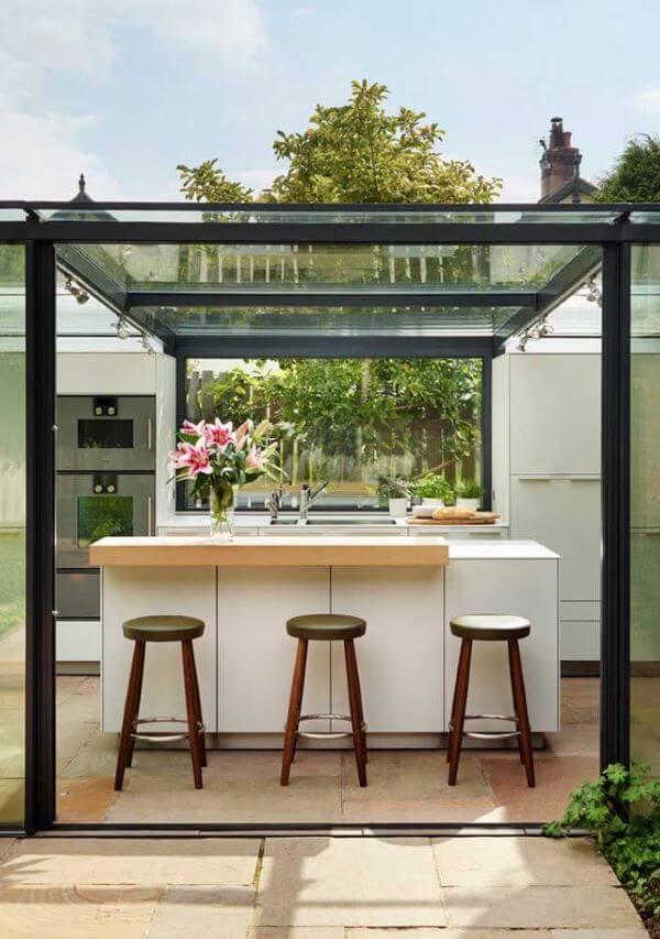 Aposte nos pergolados de vidro com ferro para iluminar o ambiente