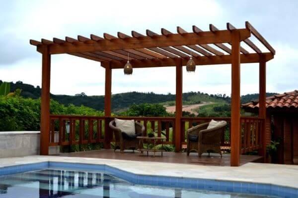 Pergolado de vidro e madeira na piscina grande