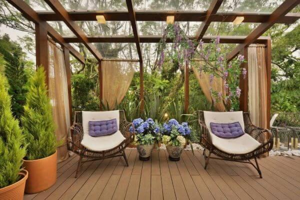 Poltronas confortáveis no jardim