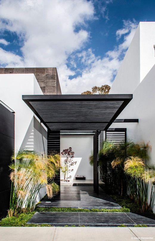 Pergolado na entrada de casa moderna