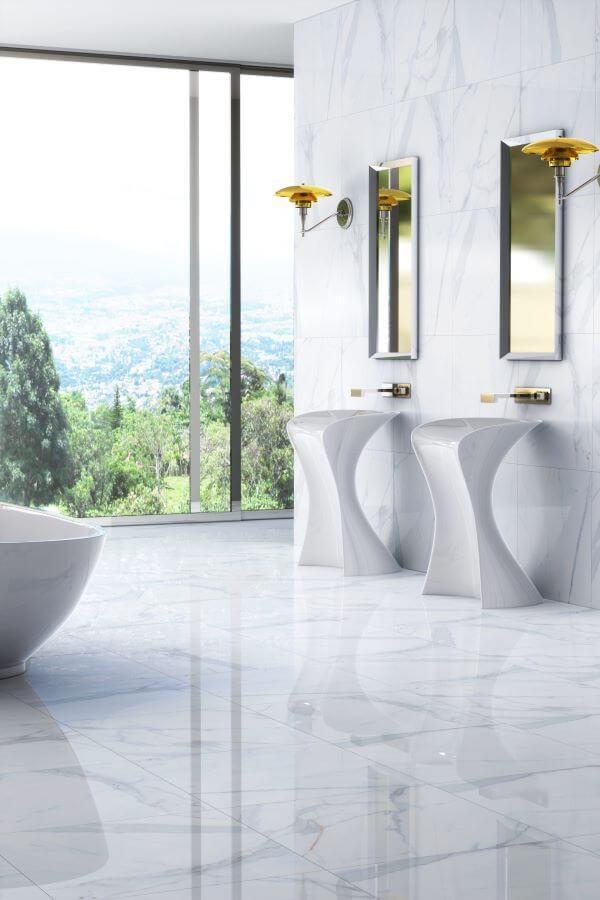 Piso branco com porcelanato marmorizado