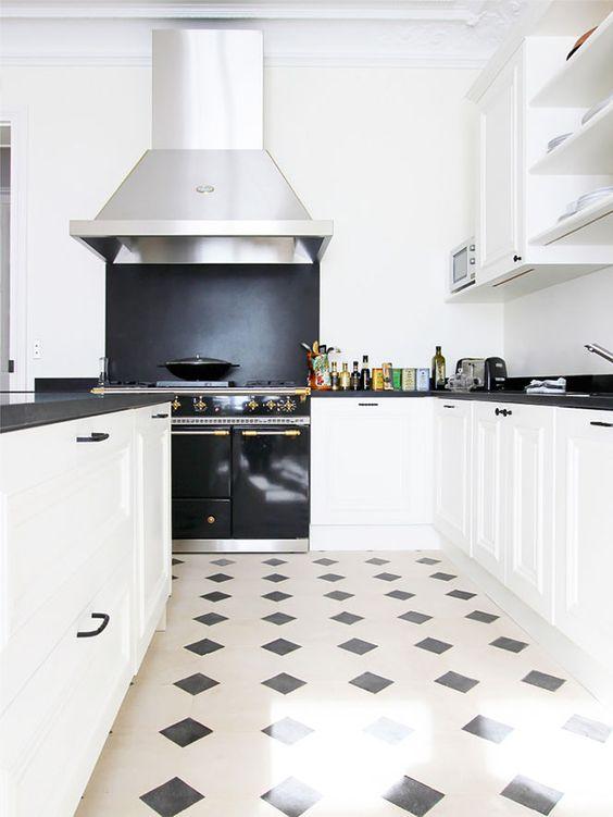 Piso branco e preto na cozinha