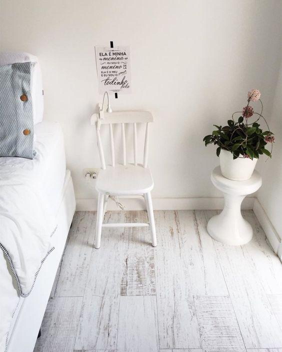 Piso laminado branco no quarto clean