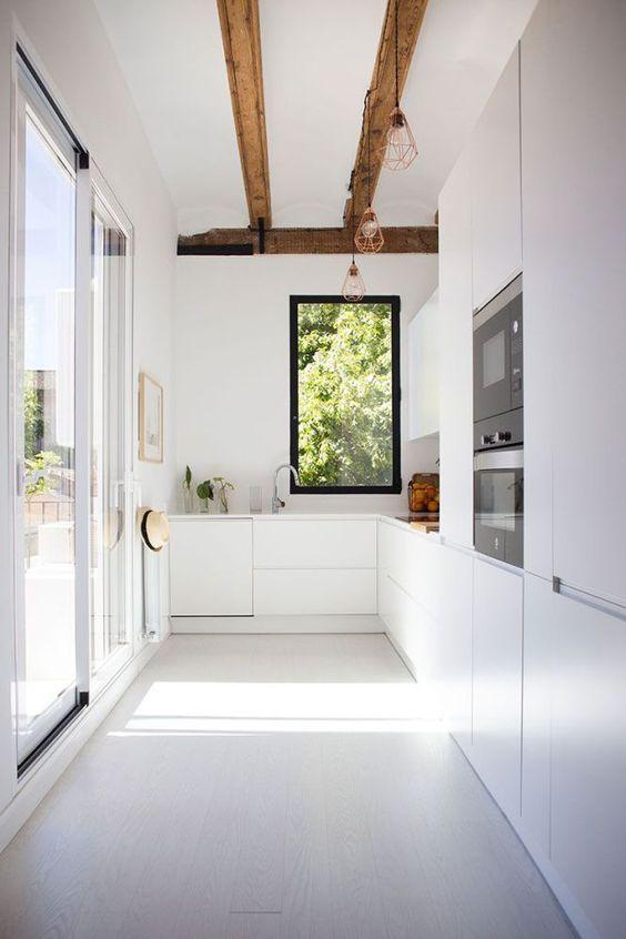 Cozinha com piso branco liso