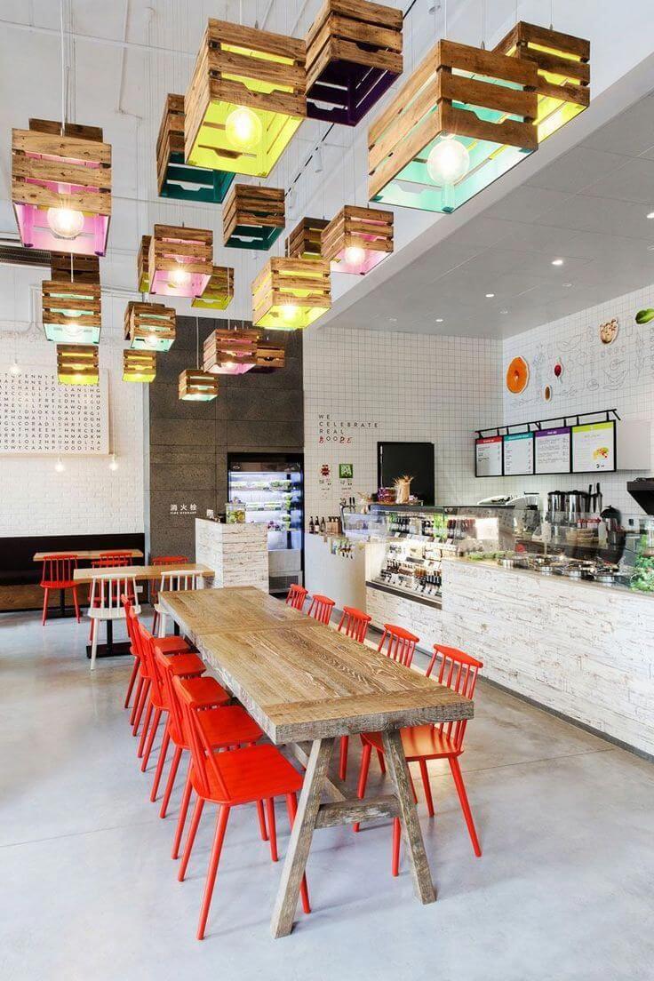 Cozinha colorida com piso branco