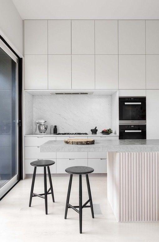 Piso branco na cozinha moderna e clara