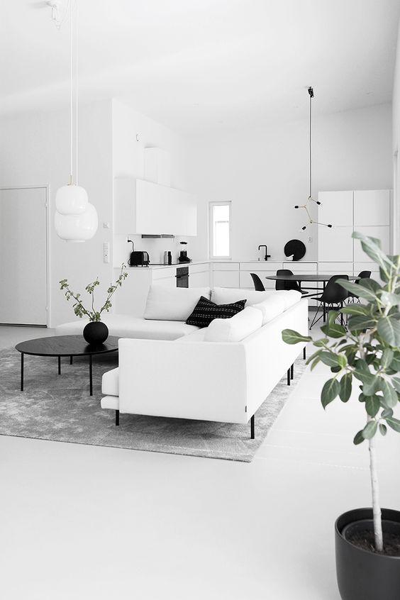 Sala de estar branca com detalhes pretos