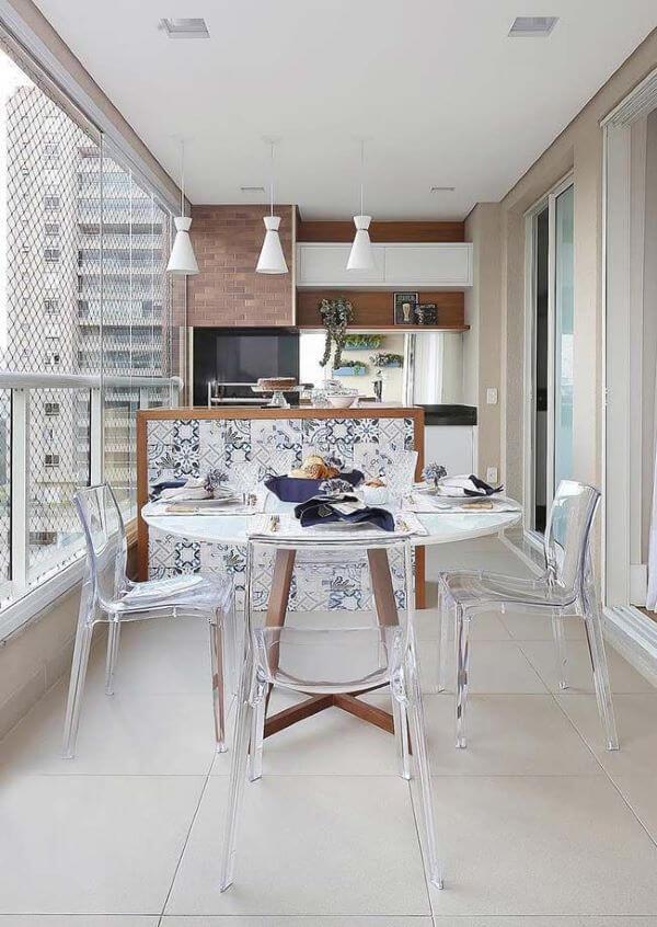 Varanda com piso branco