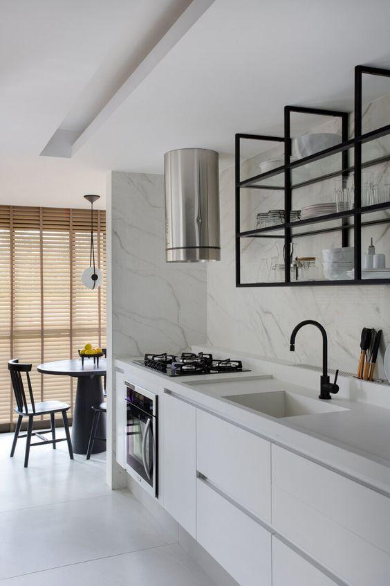 Cozinha branca com móveis pretos
