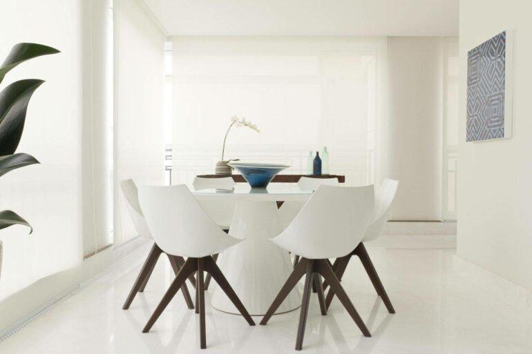 Piso branco com paredes e cadeiras - Via: Marília Veiga