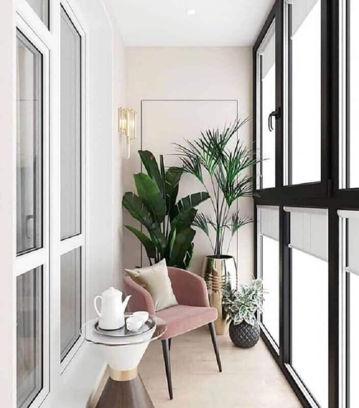 plantas grandes para decoração de varanda pequena com poltrona cor de rosa  Foto Behance