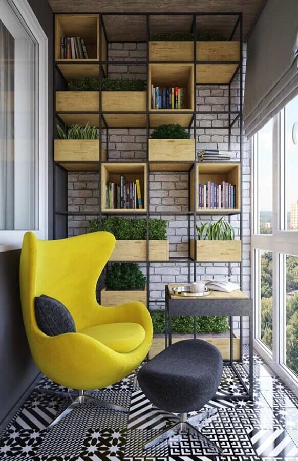 poltrona amarela para decoração de varanda pequena com estante industrial Foto Behance