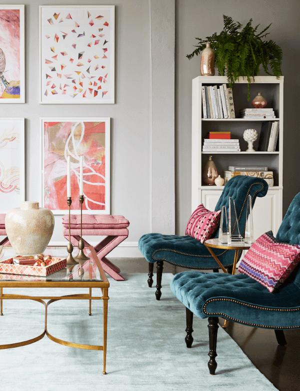 Conjunto de poltronas capitonê azul na sala rosa