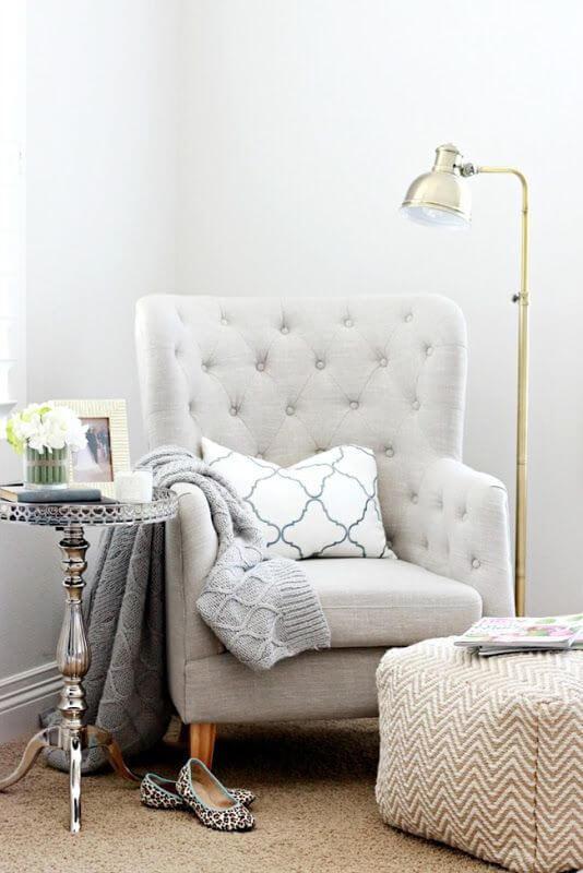 Poltrona capitonê bege com almofada confortável