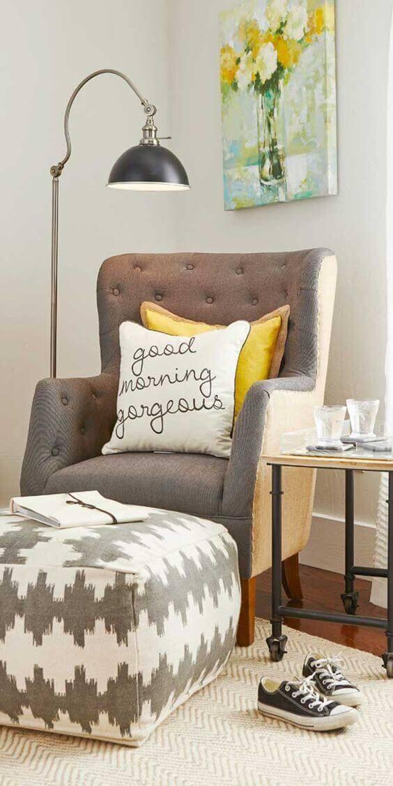 Use almofadas para decorar sua poltrona em capitonê