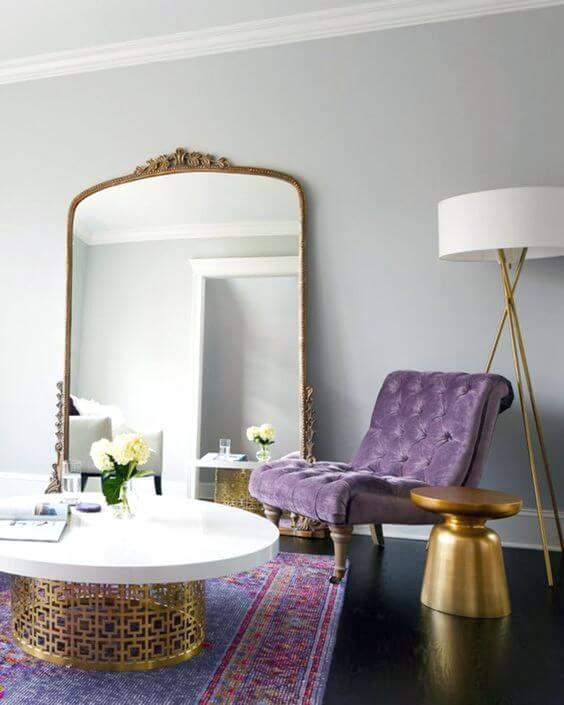 Poltrona capitonê lilás na sala clássica