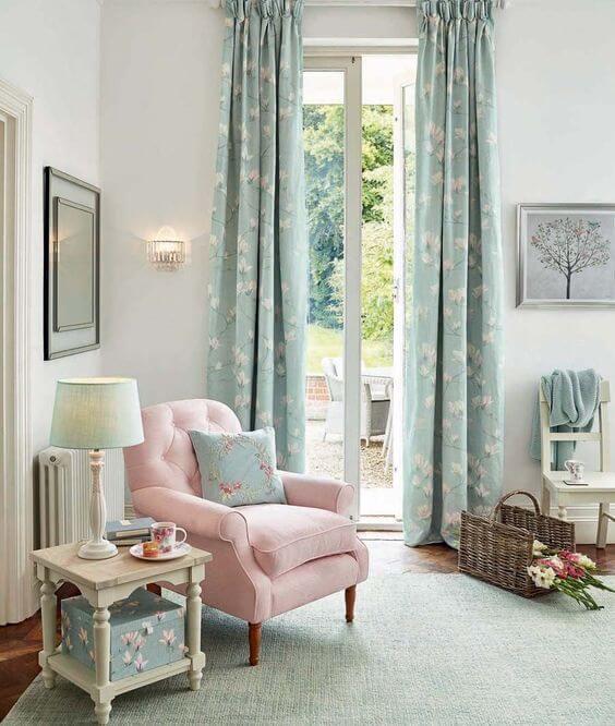 Poltrona capitonê rosa claro na sala azul