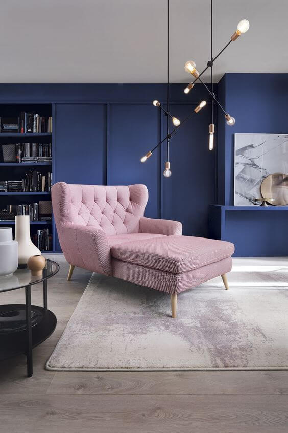 Sala com poltrona capitonê rosa claro