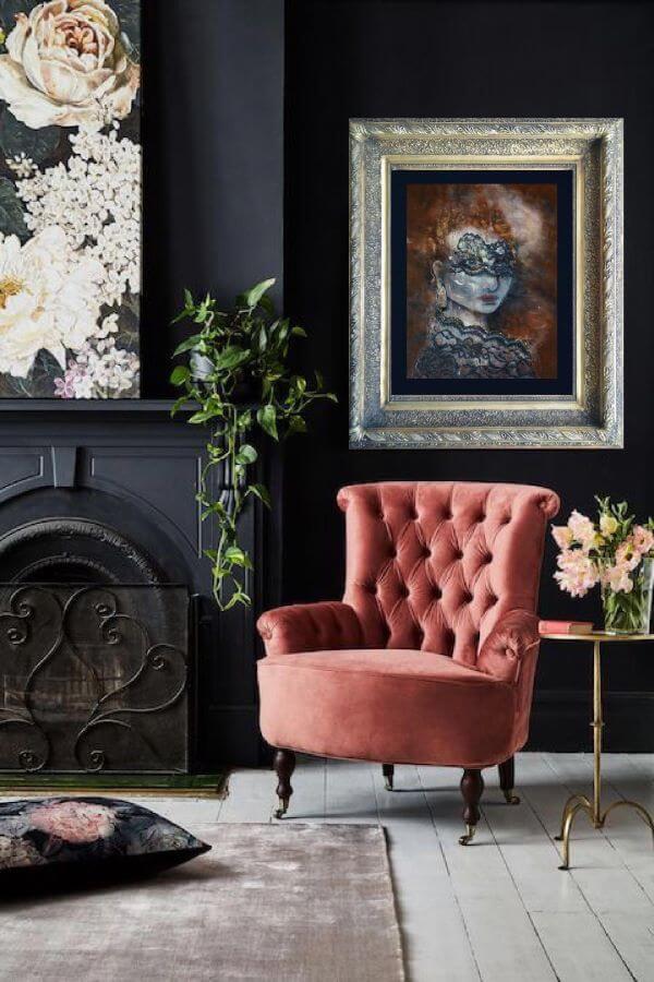 Poltrona capitonê rosa na sala cinza