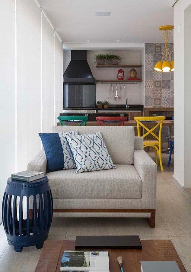 poltrona confortável para decoração de varanda gourmet com banquetas coloridas Foto Lolafá