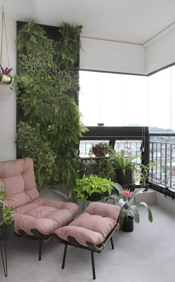 poltrona confortável para varanda de apartamento decorado com vasos de plantas e jardim vertical Foto Conexão Décor