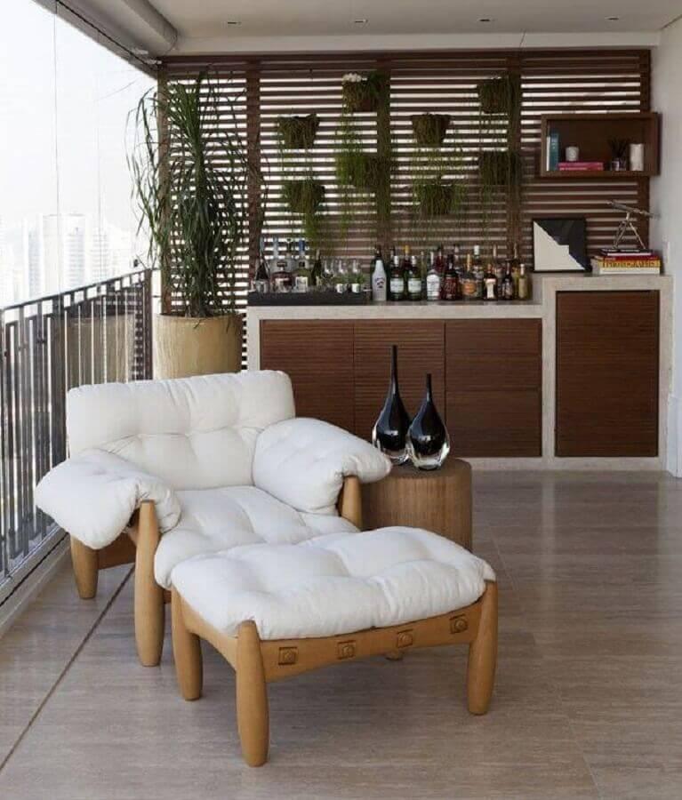 poltrona confortável para varanda decorada com barzinho planejado Foto Casa de Valentin