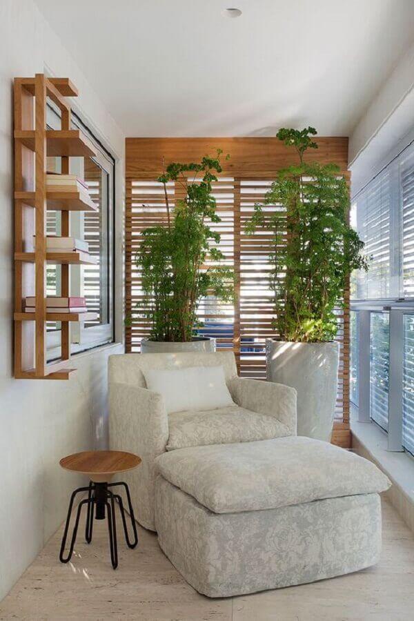 poltrona confortável para varanda pequena decorada com vaso de planta grande Foto Casa de Valentina