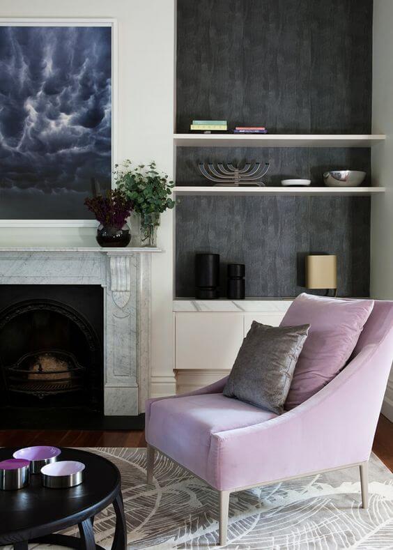 Sala neutra com poltrona lilás