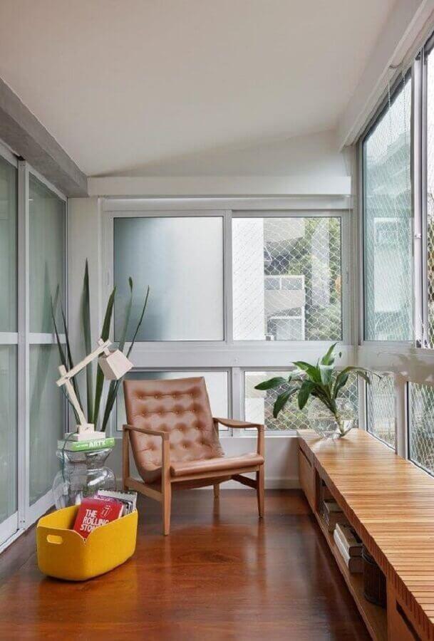 poltrona de couro para decoração de varanda de apartamento  Foto Histórias de Casa