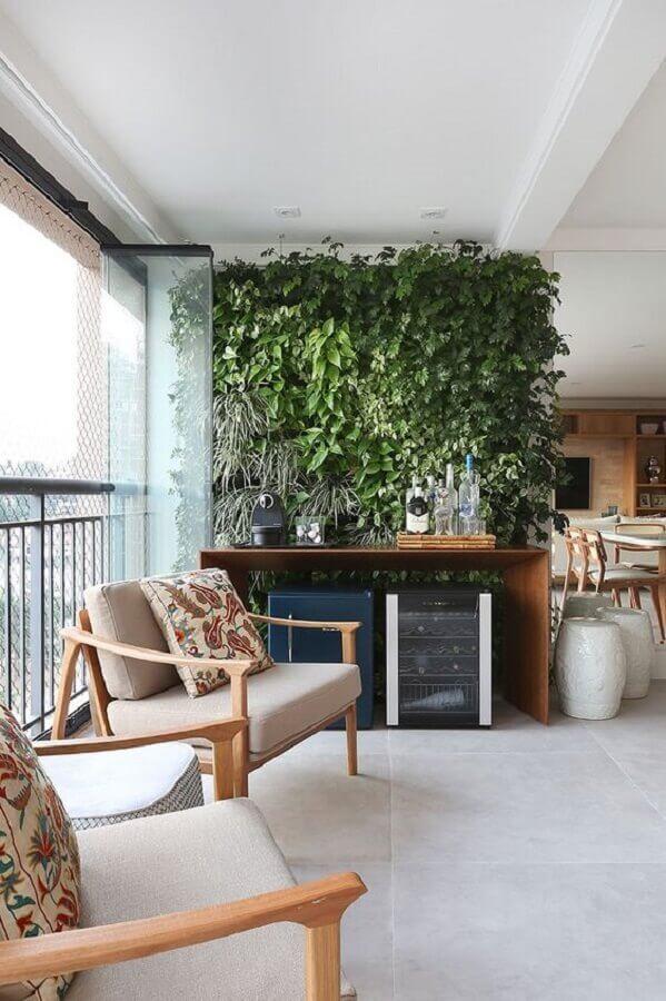 poltrona de madeira para varanda de apartamento decorado com jardim vertical Foto Casa de Valentina