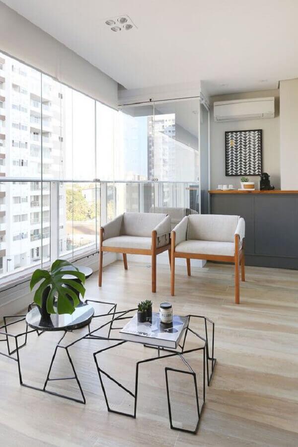 poltrona de madeira para varanda decorado com cantinho do café e mesa de centro moderna Foto Pinterest