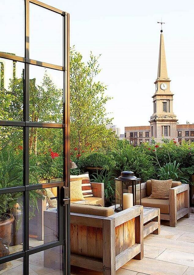 poltrona de madeira para varanda na área externa decorada com jardim Foto Pinterest