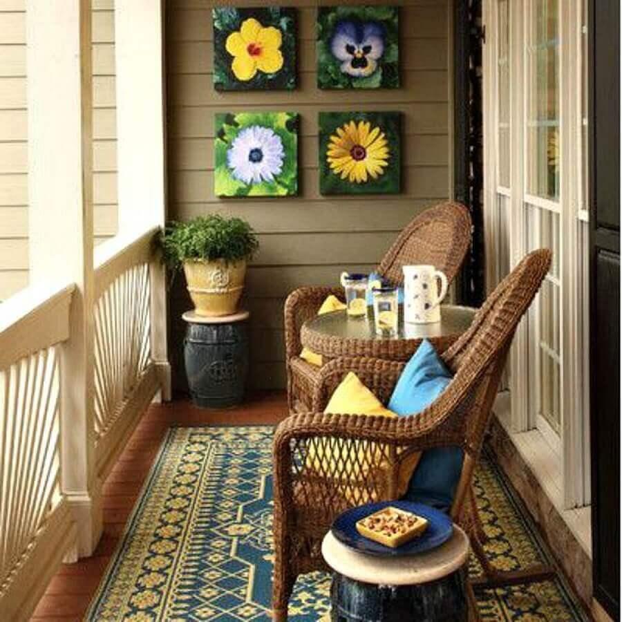 poltrona de vime para varanda simples decorada com quadros de flores Foto Pinterest