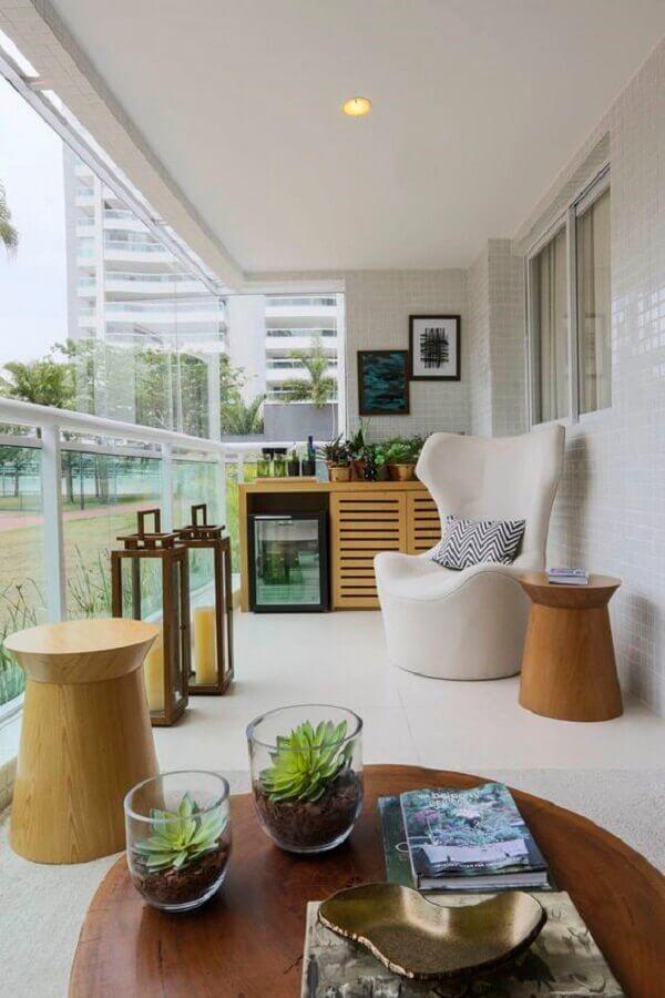 poltrona decorativa para varanda branca decorada com buffet de madeira  Foto Histórias de Casa