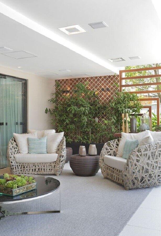 poltrona decorativa para varanda decorada com treliça de madeira  Foto Casa de Valentina