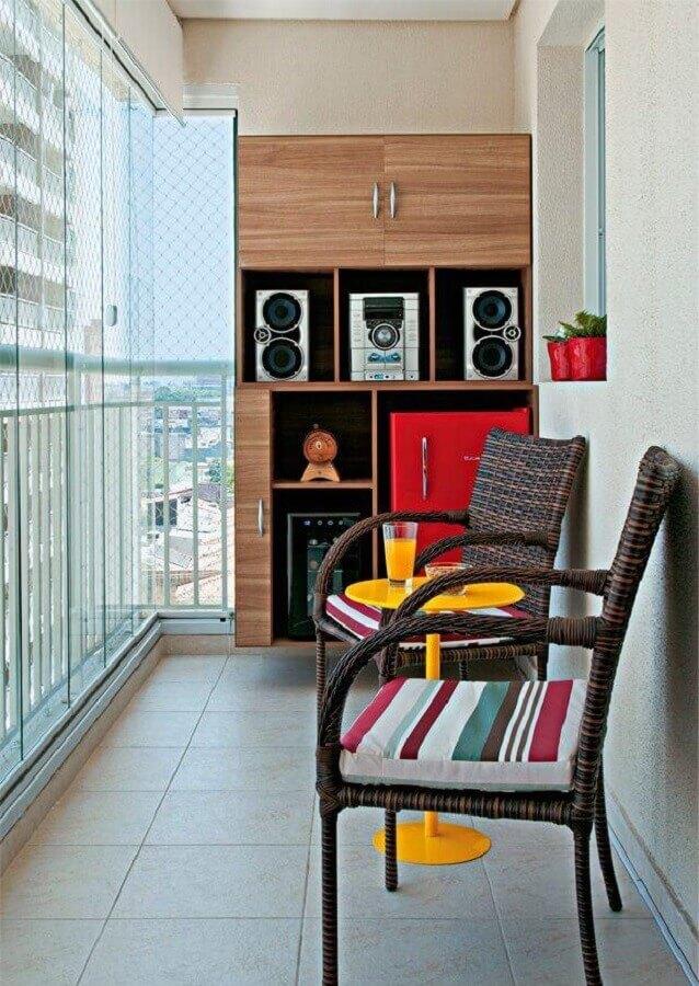 poltrona para varanda pequena com decoração simples  Foto Pinterest