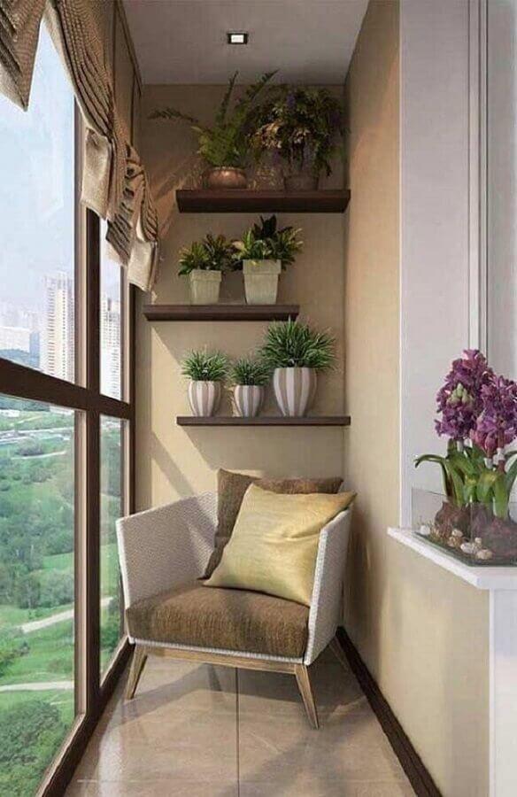poltrona para varanda pequena decorada com vasos de plantas em prateleiras de madeira  Foto Pinterest