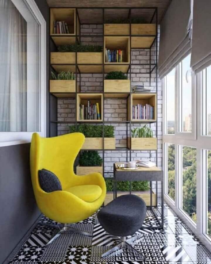poltrona para varanda pequena moderna decorada em tons de cinza com estante industrial Foto Homify