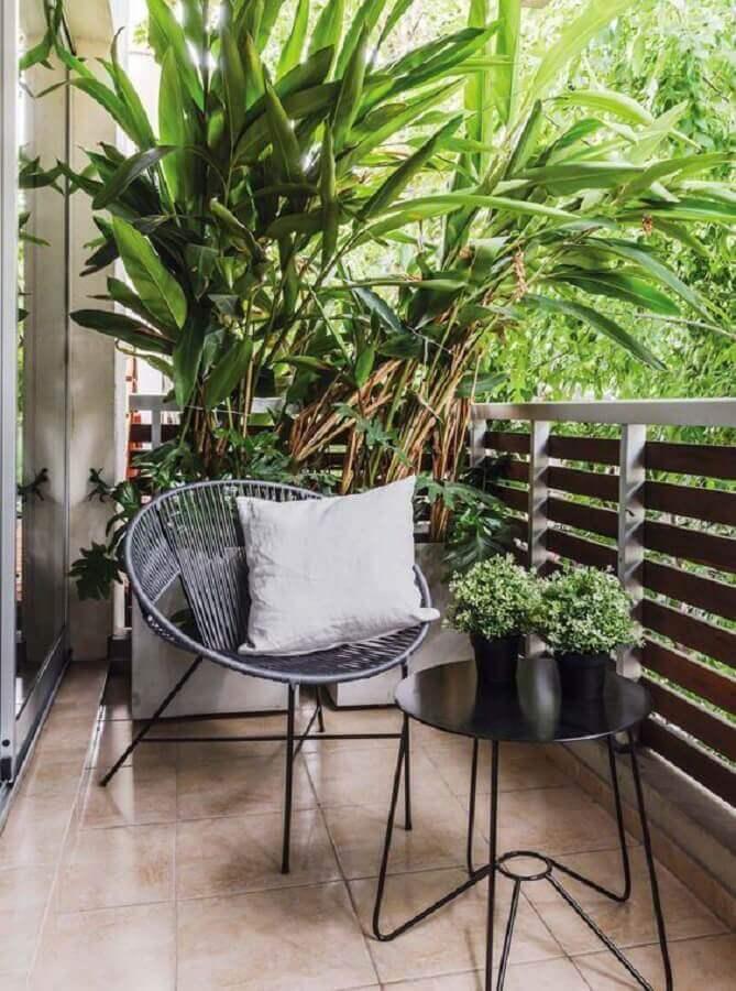 poltrona pequena para varanda decorada com mesa de apoio redonda  Foto Pinterest