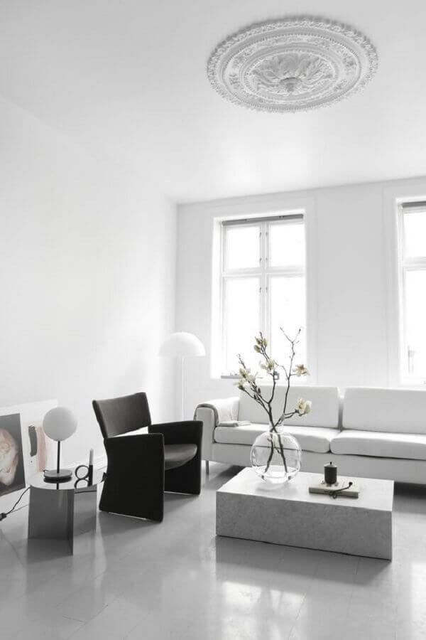 poltrona preta para decoração de sala de estar minimalista toda branca Foto Pinterest