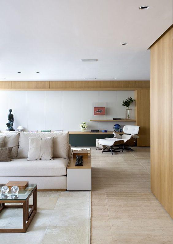 Sala de estar com revestimento amadeirado na sala de estar