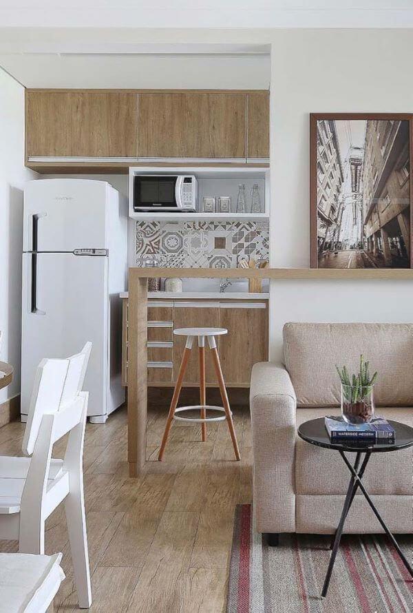 Sala e cozinha integrada com porcelanato amadeirado