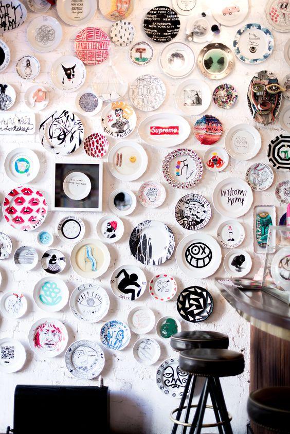 Decoração com pratos de porcelana