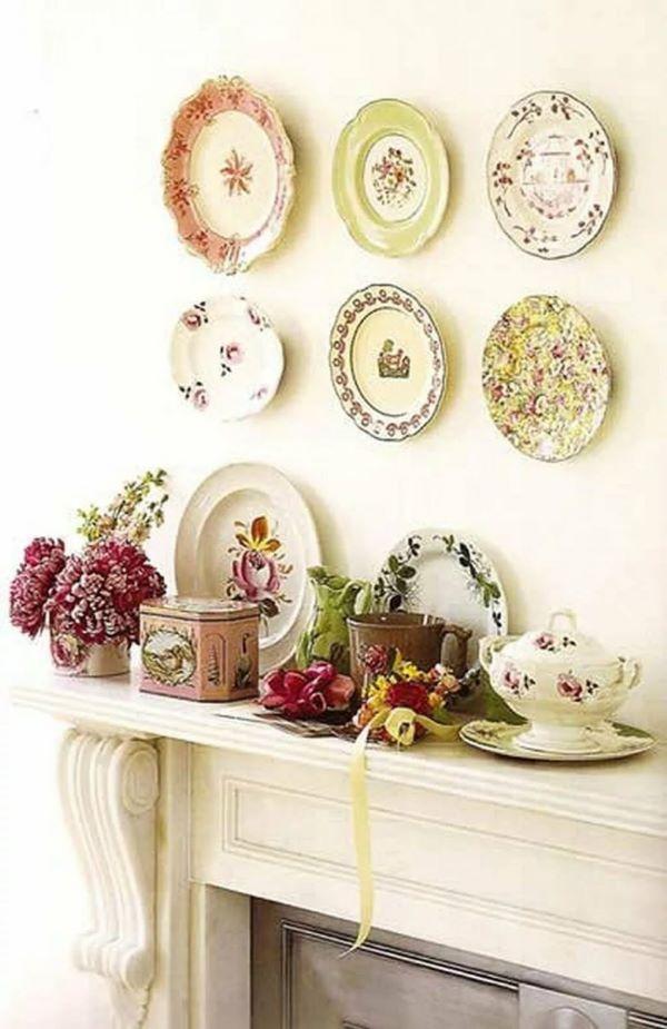 Pratos de porcelana avulsos na sala de estar