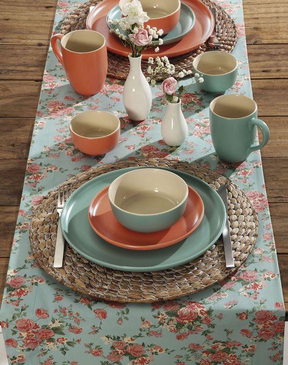 Pratos de porcelana azul e rosa