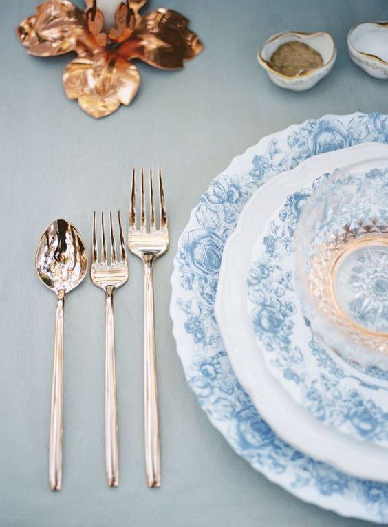 Conjunto de pratos branco e azul para eventos especiais
